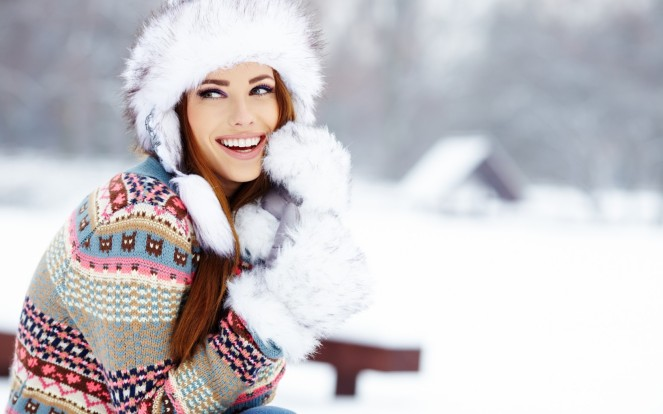 woman-smile-winter-fur-cap-gloves-outdoors-1680x1050